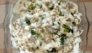 Sałatka brokułowa z sosem czosnkowym, serem fetą i słonecznikiem