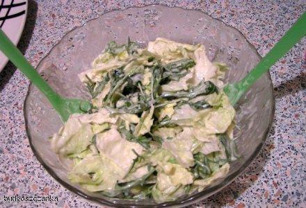 Sałata z sosem jogurtowo - śmietanowym