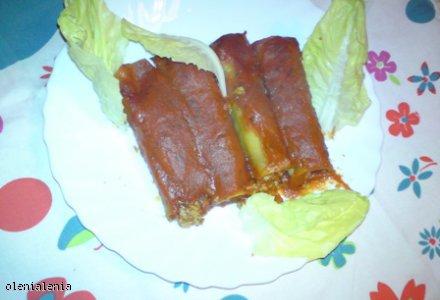 Rurki nadziewane mięsem mielonym z sosem