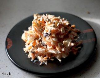 Surówka z marchewki, selera z jabłkiem i śliwkami