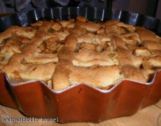 tarta z jabłkami o lekkim zabarwieniu karmelowym ;D