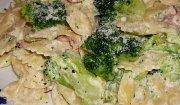 Farfalle w sosie śmietanowym z brokułami i szynką