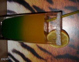 Warstwowy kolorowy drink bezalkoholowy / alkoholowy