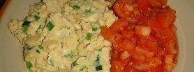 Delikatna jajecznica ze szczypiorem i pomidorami