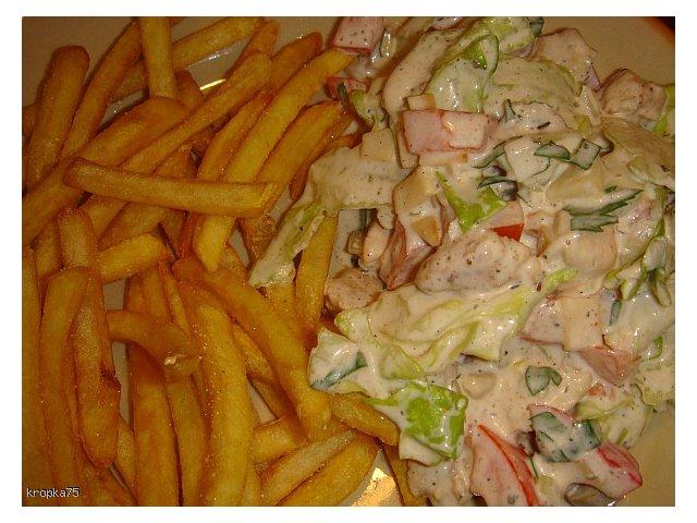 Sałata z kurczakiem i sosem czosnkowym