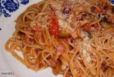 Spaghetti z sosem pomidorowym z bakłażanem i boczkiem