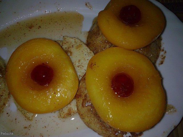 Jabłkowe krążki z brzoswiniami w panierce cukrowo-cynamonowej wzbogacone kroplą miodu