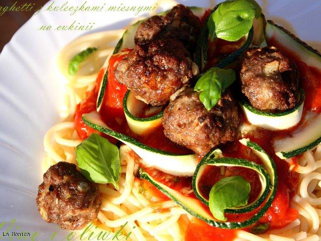 Spaghetti z kuleczkami mięsnymi na cukinii