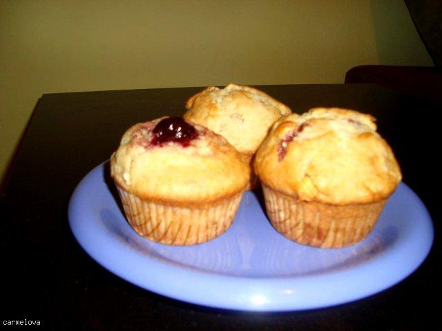 Muffinki bananowe z białą czekoladą i wiśniami