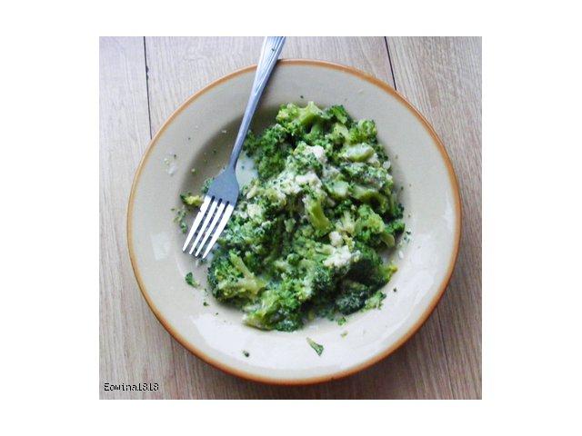 Brokuł w sosie śmietanowo-czosnkowym