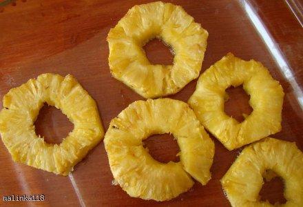 Deser śmietankowy z pieczonym ananasem, malinami i wiórkami czekoladowymi.