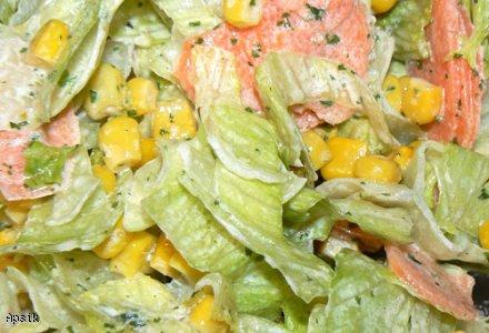 Sałatka obiadowa (sałata lodowa, marchew i kukurydza)