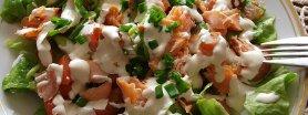 Smaczna sałatka z wędzonym łososiem