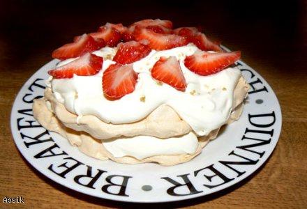 Tort bezowy z bitą śmietaną i owocami