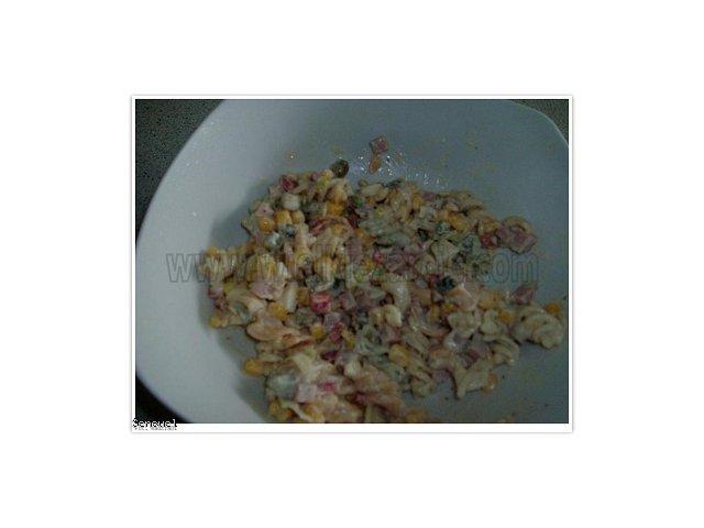Sałatka z kolorowego makaronu