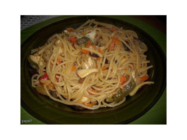 makaron chiński z sosem słodko ostrym  -