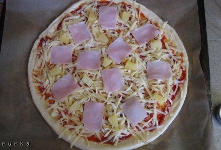 Pizza ze świeżych drożdży na średnim cieście