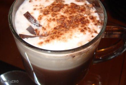 Pyszne kakao ze spienionym mlekiem.