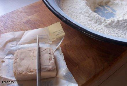 Podstawowy przepis na ciasto drożdżowe.