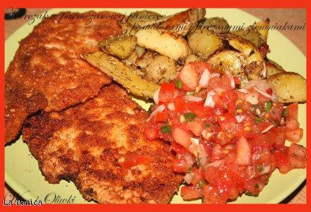 Kurczak w parmezanowej panierce z pomidorami i pieczonymi ziemniakami