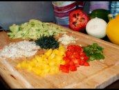 Pomysł na śniadanie: sałatka z warzywami, kurczakiem i krewetkami.
