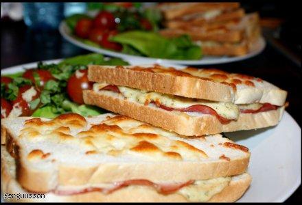 Pomysł na śniadanie: tosty z serem, szynką i beszamelem.