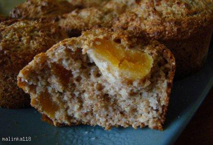 Muffinki pełnoziarniste z morelami.