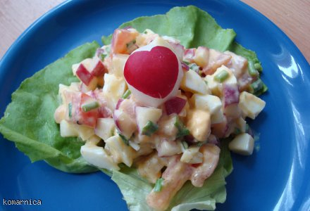 wiosenna sałatka z wędzonym łososiem