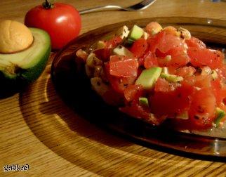Sałatka pomidorowa z mozzarellą i awokado