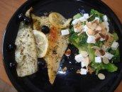 Pieczona sola z sałatką z brokułami i fetą