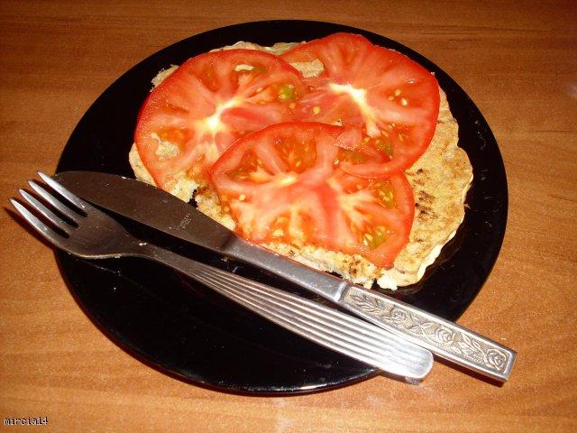 Placek tuńczykowy z pomidorem