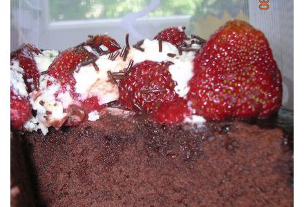 Placek czekoladowy z truskawkami