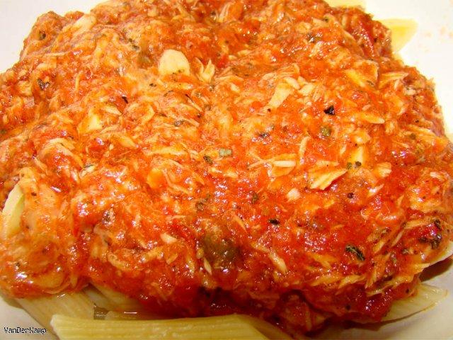 Sos pomidorowy z tuńczykiem i makaronem