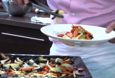 Łosoś pieczony z warzywami i sosem jogurtowym