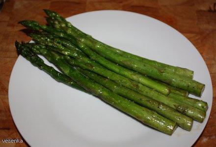 Zielone podsmażane szparagi
