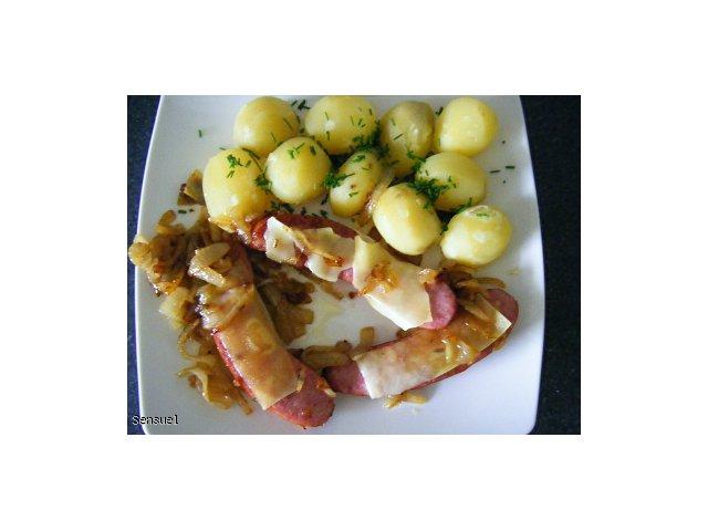 Kiełbaska smażona z cebulką i serem