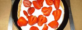 Placek otrębowy z serkiem homogenizowanych i truskawkami