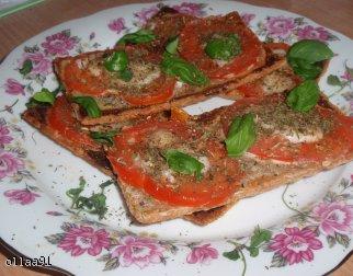 Dietetyczne włoskie grzanki z pomidorami i mozzarellą