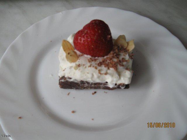 Ciasto kakaowe z bitą śmietaną i truskawkami