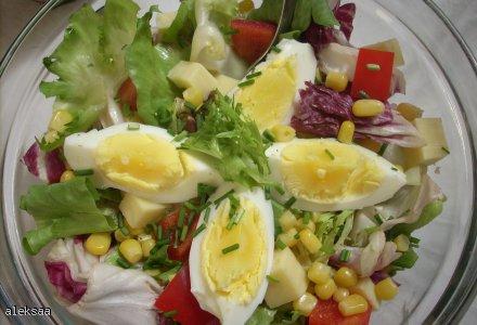 Mix sałat z warzywami w sosie jogurtowo-ziołowym