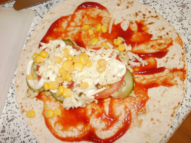 tortilla z żółtym serem
