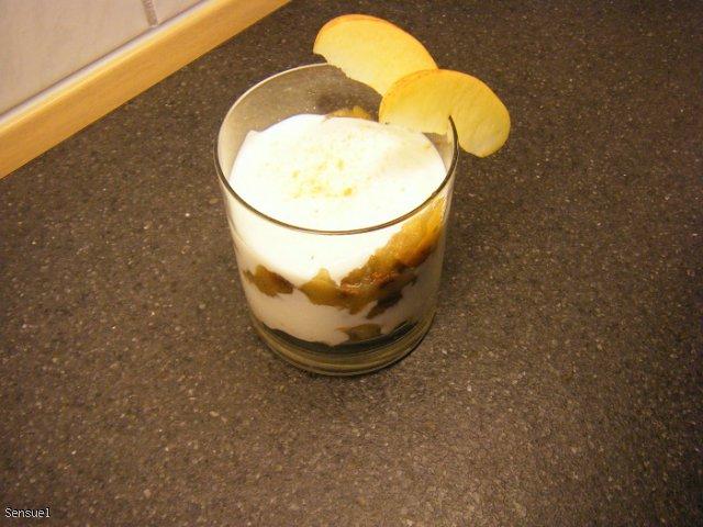 Jogurtowy deser z musem jabłkowym