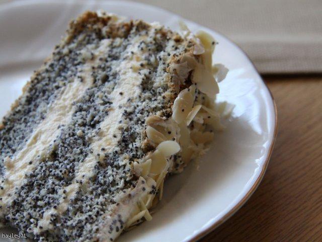 Tort makowy z kremem jogurtowym