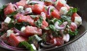 Arbuzowa sałatka z fetą i świeżą miętą