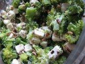 Sałatka z brokułami fetą oraz słonecznikiem