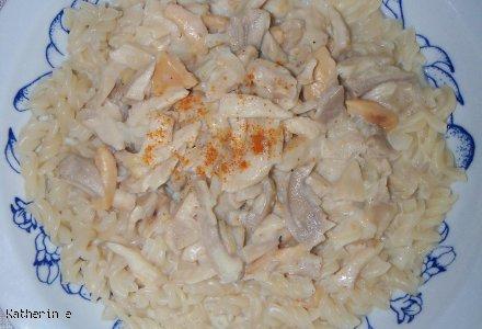 Makaron z z sosem grzybowo - serowym