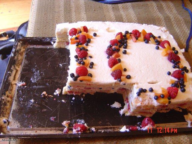 Tort owocowy z bitą śmietaną