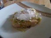 Łosoś pod kołderką z pory z sosem krabowym
