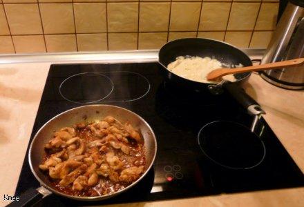 Kawałki kurczaka zapiekane w sosie śmietanowo - camembertowym