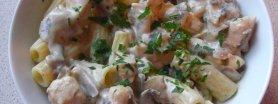Makaron w sosie śmietanowym z kurczakiem i pieczarkami